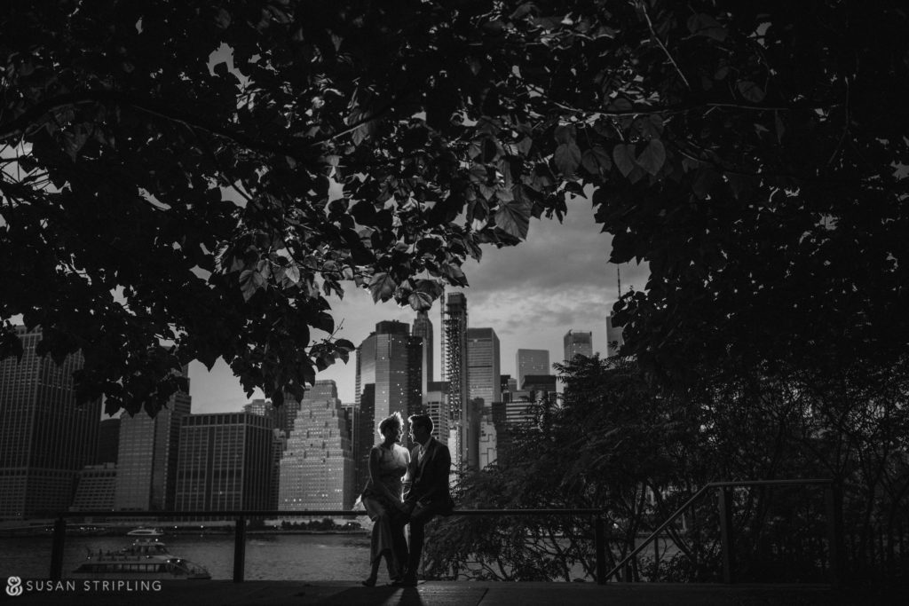 wedding pictures with the manhattan skyline from brooklyn